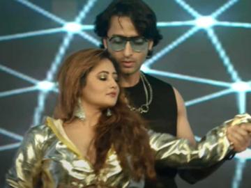 Shaheer Sheikh and Rashami Desai in the music video of Ab Kya Jaan Legi Meri.
