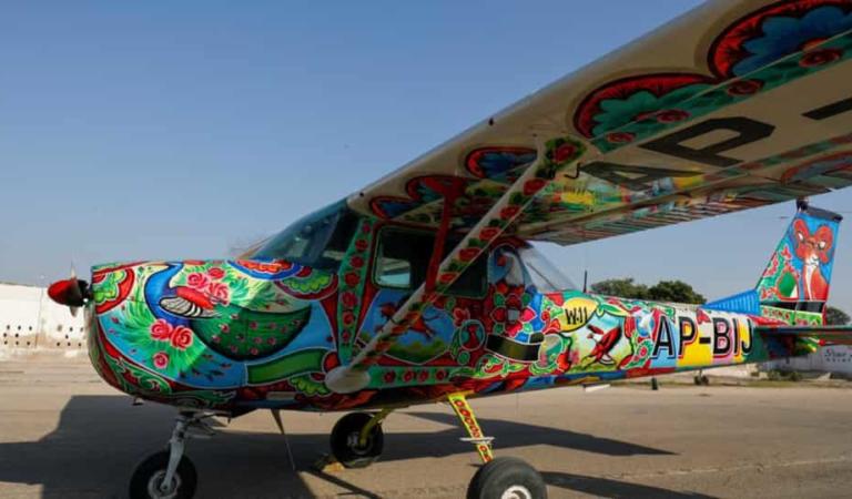 من الطرق السريعة إلى السماء: فن الشاحنات الباكستاني الشهير ينتقل جواً – الفن والثقافة