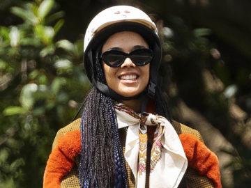 تيسا طومسون هي كل الابتسامات أثناء درس ركوب الخيل!